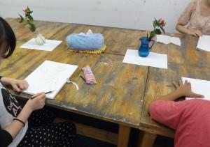 丸い花瓶2つの机