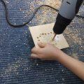 ドリルで板に穴を空け、ランプシェード作り