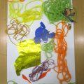 毛糸や折り紙などを貼り付けて表現しよう!(横浜:こどもアート木曜クラス)